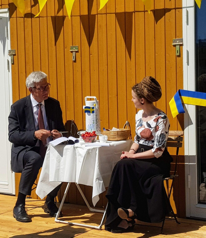 Peter-Örn-o-Amanda-på-verandan-foto-Therese-A-scaled